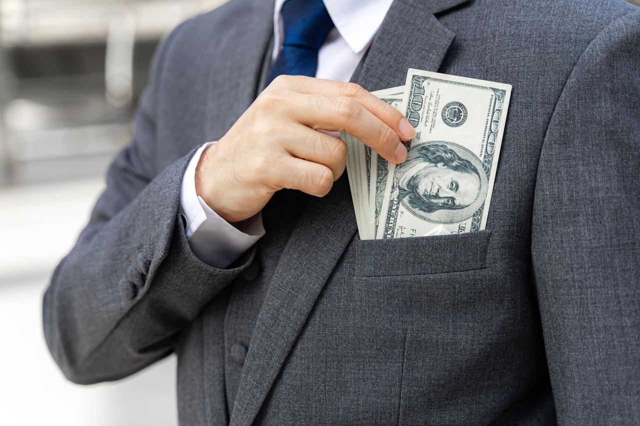 pieniadze w kieszeni garnituru